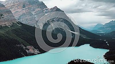 Zoomblick auf den Peyto-See in den kanadischen Rockies, Icefields Parkway, Kanada stock footage