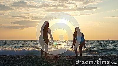 Zorgvuldig jonge, onherkenbare vrouwelijke toeristen die in de zomer plezier hebben aan de kust stock video