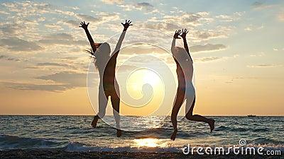 Zorgvuldig jonge, onherkenbare vrouwelijke toeristen die in de zomer plezier hebben aan de kust stock videobeelden