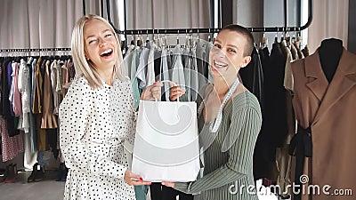 Zufriedenheit Happy Kaufen Neues Kleid Handgefertigt Von Mode Designer Stock Footage Video Von Entwerfer Nahen 164926850