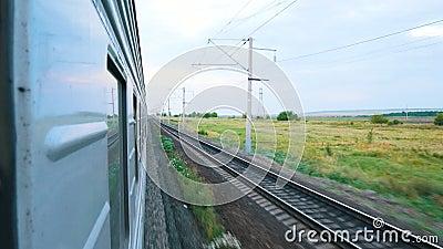 Zug in der Bewegung Schießen vom Fenster des Zugs Das Gleis lizenzfreie abbildung