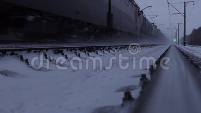 Zug verschiebt sich auf Eisenbahn Transsibirisches Gleis stock footage