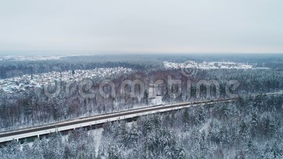 Zugtransporte luden Wagen gegen Winterlandschaft stock video