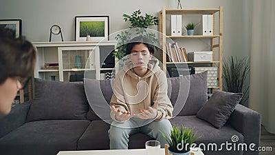 Zumba dentro do adolescente emocional que compartilha de problemas com o terapeuta no escrit?rio video estoque