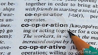 Zusammenarbeit, Bleistift, der Wort im Vokabularprozeß der Teamwork-Zusammengehörigkeit zeigt stock video