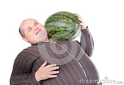 Zwaarlijvige mens die een watermeloen draagt