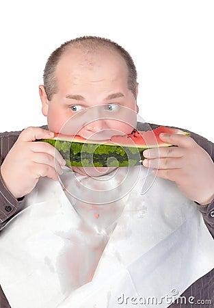 Zwaarlijvige mens die watermeloen eet