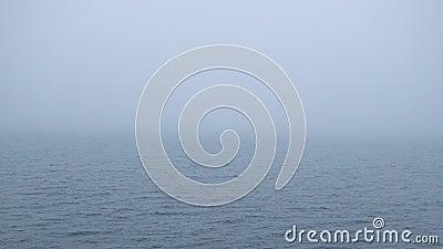 Zware mist over waterspiegel Van een lus voorzien naadloze video stock footage