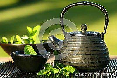 Zwarte Aziatische theepot met muntthee