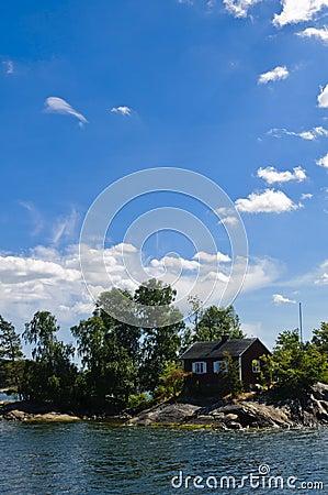 Zweeds rood plattelandshuisje op een klein eiland