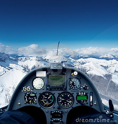 Zweefvliegtuig over de alpen