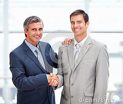 Zwei Berufsgeschäftsleute, die eachother grüßen