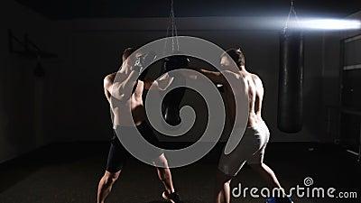 Zwei boxende Männer, die zusammen am Fitnessstudio trainieren stock video footage