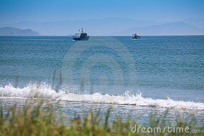 Zwei Fischereifahrzeuge, die im Golf fischen