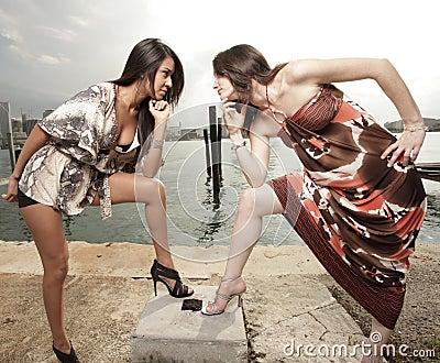 Zwei Frauen, die entlang einander anstarren