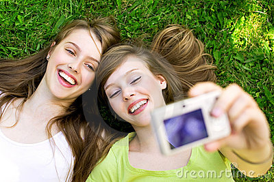Zwei Freunde, die Fotos machen