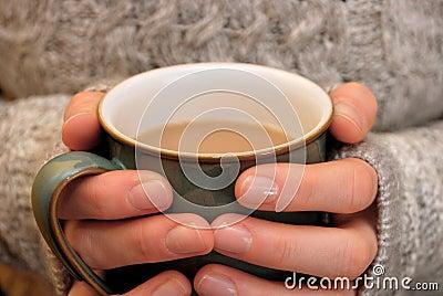 zwei h nde halten warm eine hei e tasse tee oder kaffee halten stockfotos bild 30324163. Black Bedroom Furniture Sets. Home Design Ideas