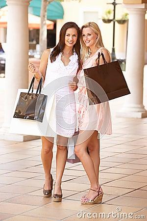 Zwei junge Frauen, die das Einkaufen genießen