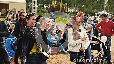 Zwei junge Mädchen tanzen in Park auf Sommerfestival Leute applaud Lächeln stock video