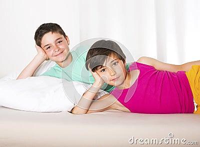 zwei jungen im bett stockfoto bild 42097062. Black Bedroom Furniture Sets. Home Design Ideas