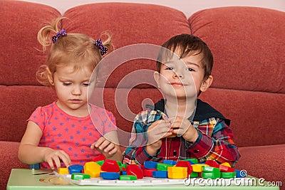 zwei kinder die am tisch spielen lizenzfreies stockfoto bild 23026375. Black Bedroom Furniture Sets. Home Design Ideas