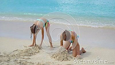 Junges Mädchen nackt am Strand