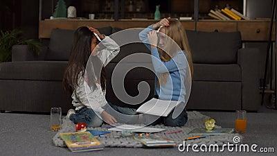 Zwei lächelnde kleine Mädchen, die Vermutung die Spiel spielen stock footage