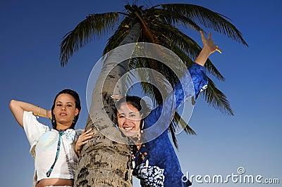 Zwei Mädchen, die den Sommer genießen