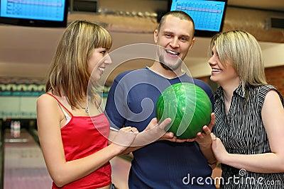Zwei Mädchen und Mann stehen längsseits und lachen
