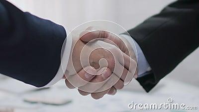 Zwei männliche Teilhaber, die Hände, rentable Vereinbarung, Zusammenarbeit rütteln stock footage