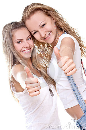 Zwei schöne Frauen, die Thumbs-up geben
