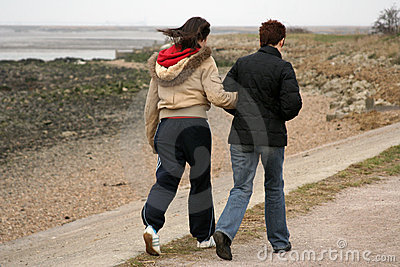 Zwei Wanderer auf Fußweg
