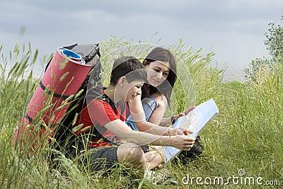 Zwei Wanderer mit der Karte
