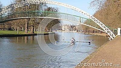Zweipersonenscullboot in Bedford, Vereinigtes Königreich stock video footage