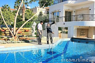 Zwembadreinigingsmachine en eigenaar