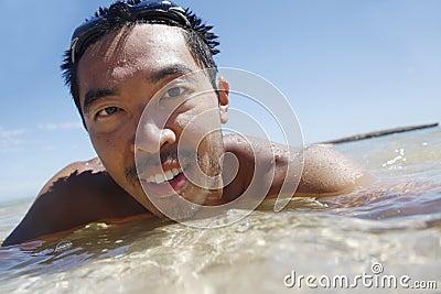 Zwemmende Aziatische Kerel