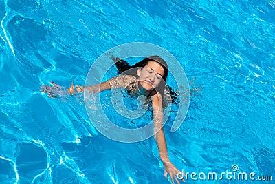 Zwemmende vrouw