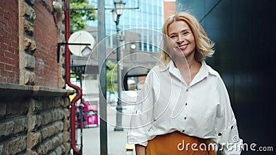 Zwolnione tempo elegancka dojrzała dama chodzi outdoors obracać patrzejący kamerę zdjęcie wideo