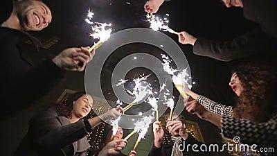ZWOLNIONE TEMPO: Przyjaciele z sparklers tanczyć