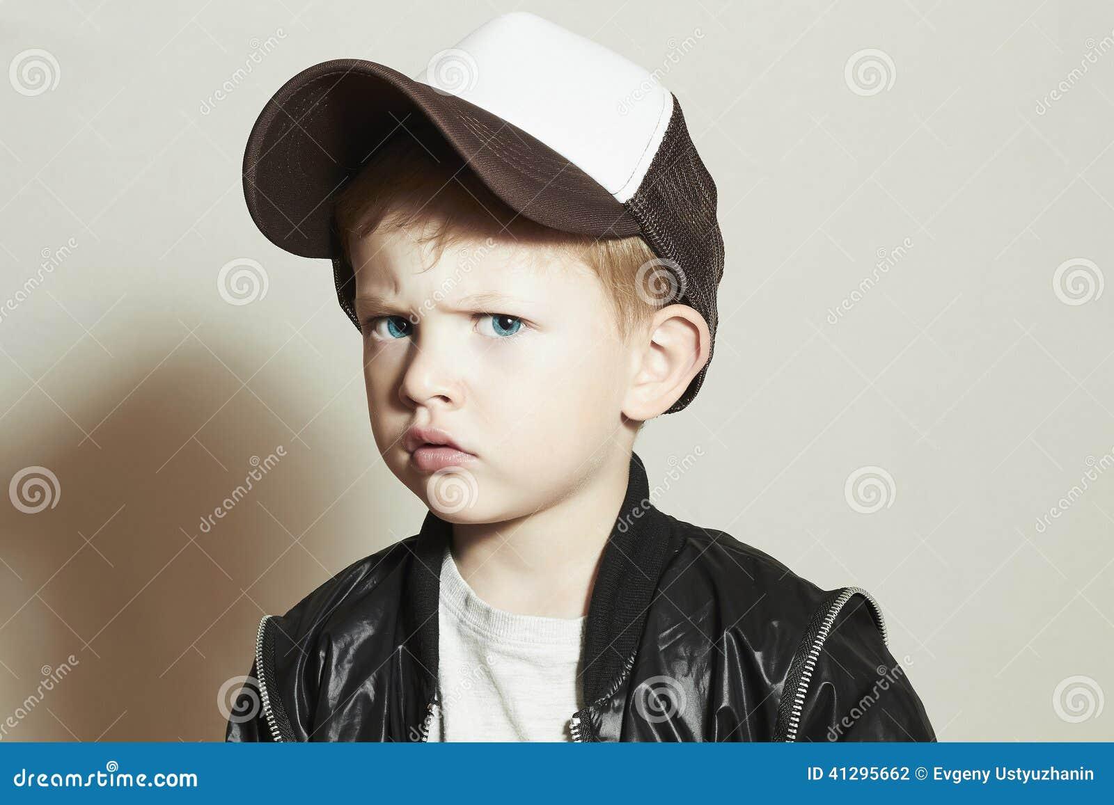 модный мальчик Fashion Children Мальчик в шляпе отслежывателя Унылый ребенок в крышке