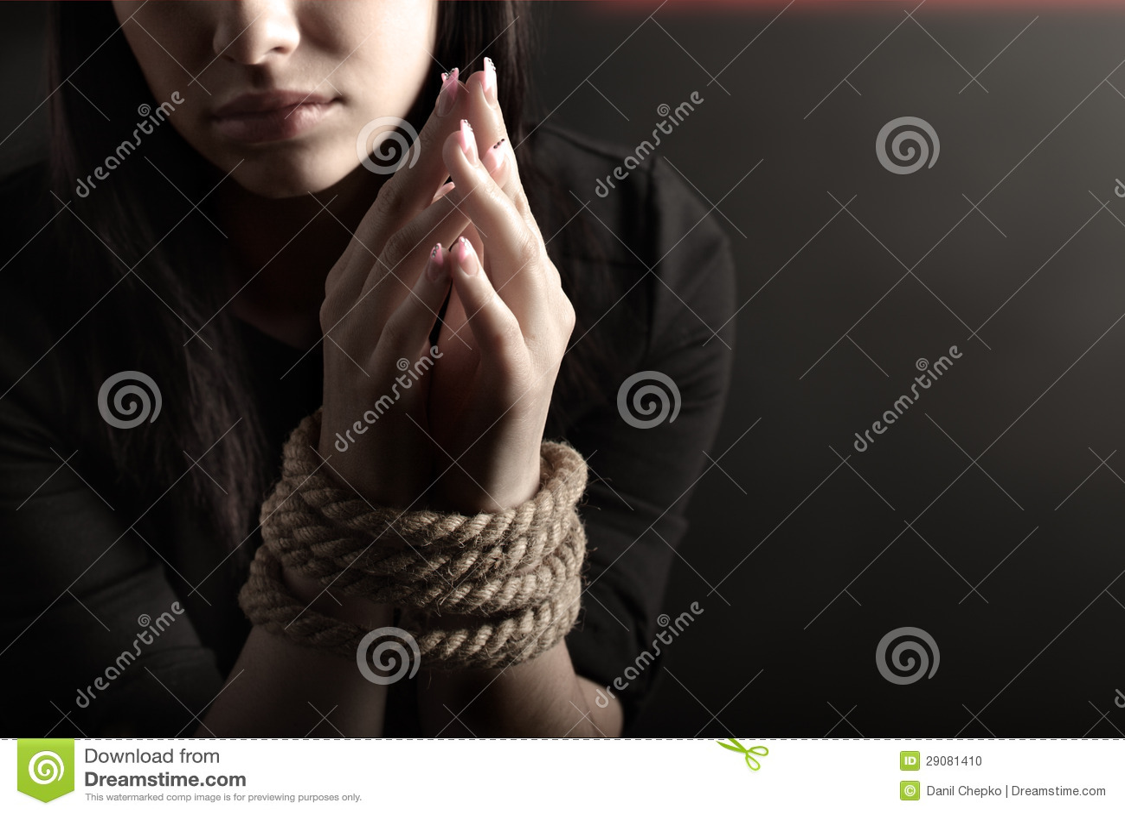 Фото похищенных и связанных девушек