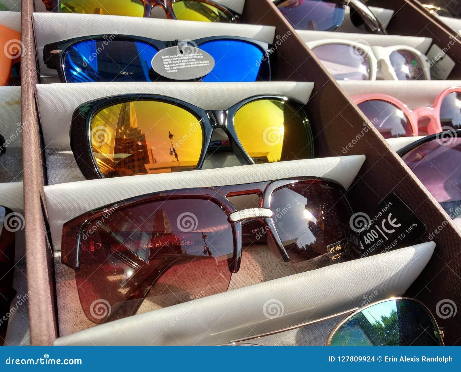 a3fbf6c8c Óculos de sol, proteção UV imagem de stock editorial. Imagem de ...:
