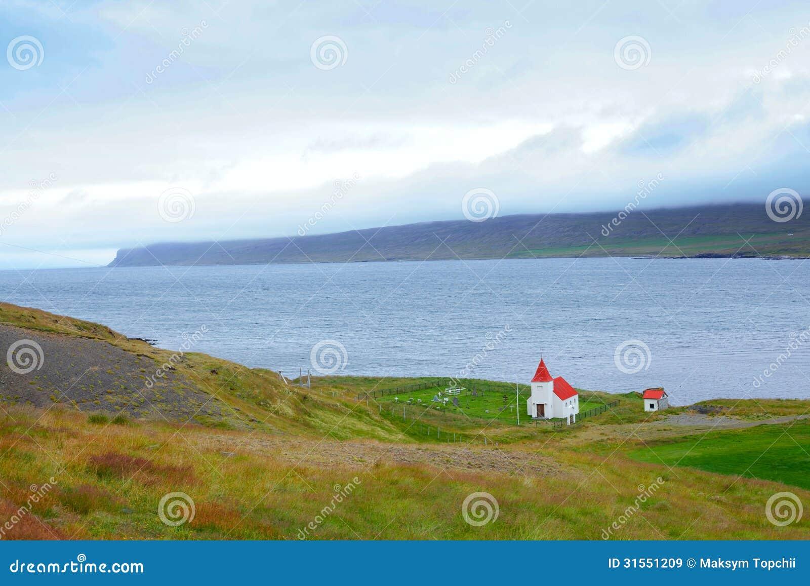 冰岛附近的小白色教会.夏日