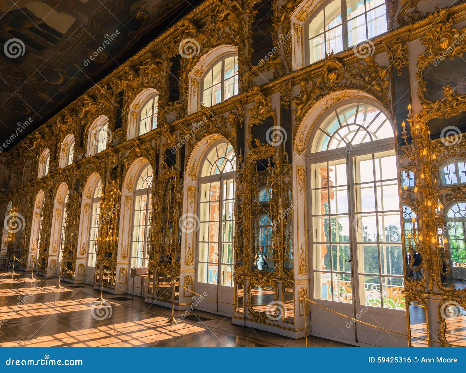 看在大厅下有被镀金的金装饰的凯瑟琳宫殿和镜子和窗口.图片