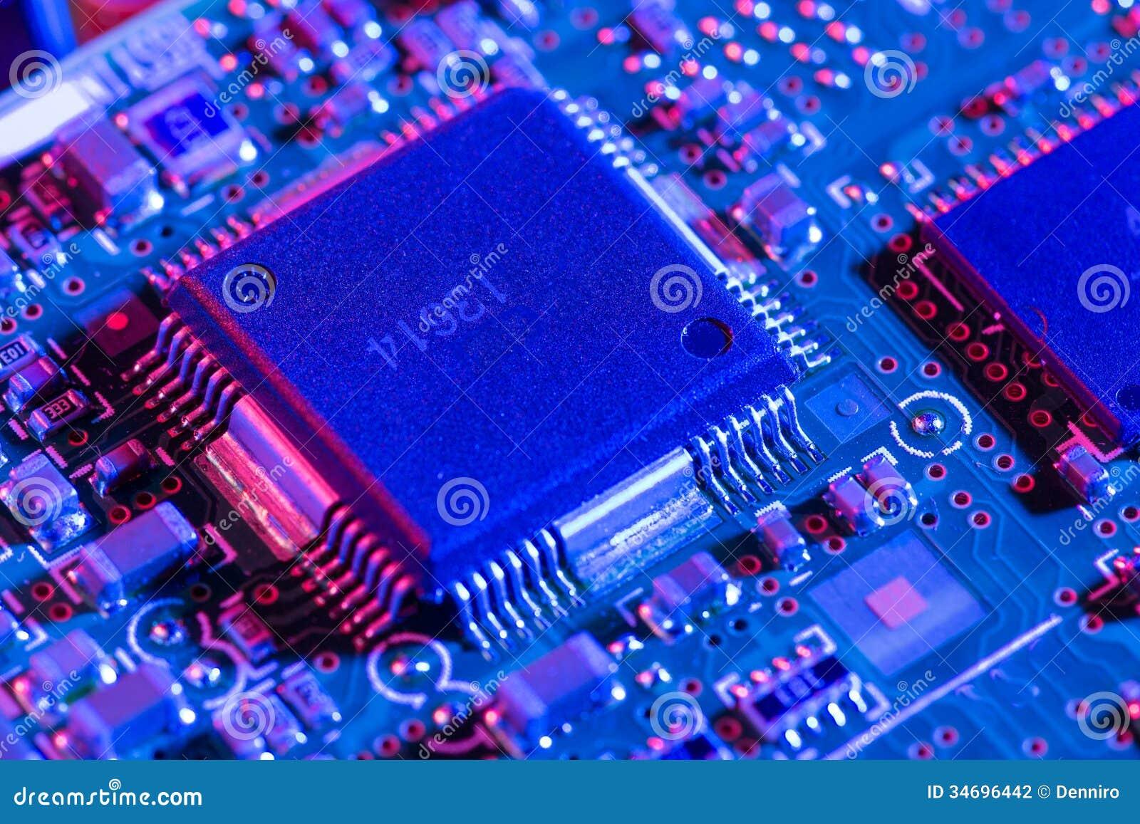 被拆卸的硬盘驱动器电路板