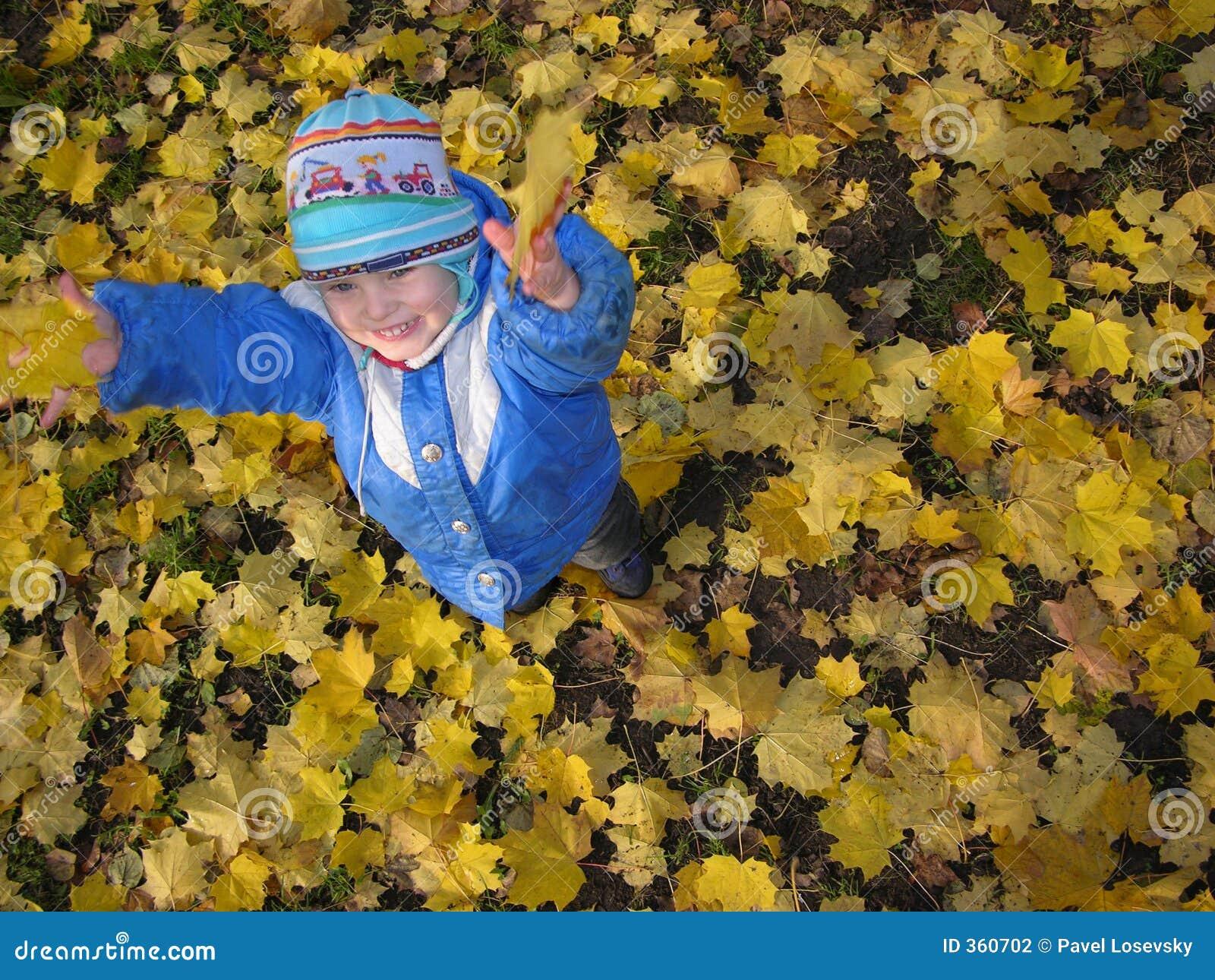 秋天儿童叶子投掷