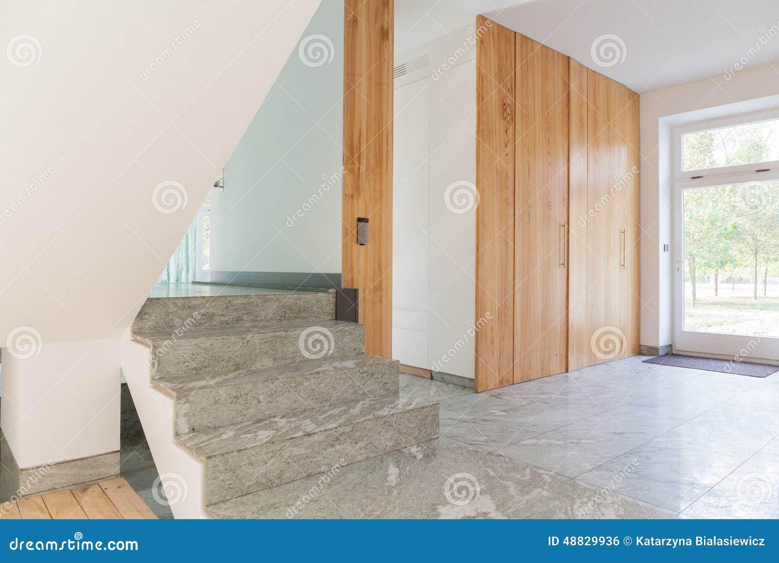 台阶看法在现代房子里.图片