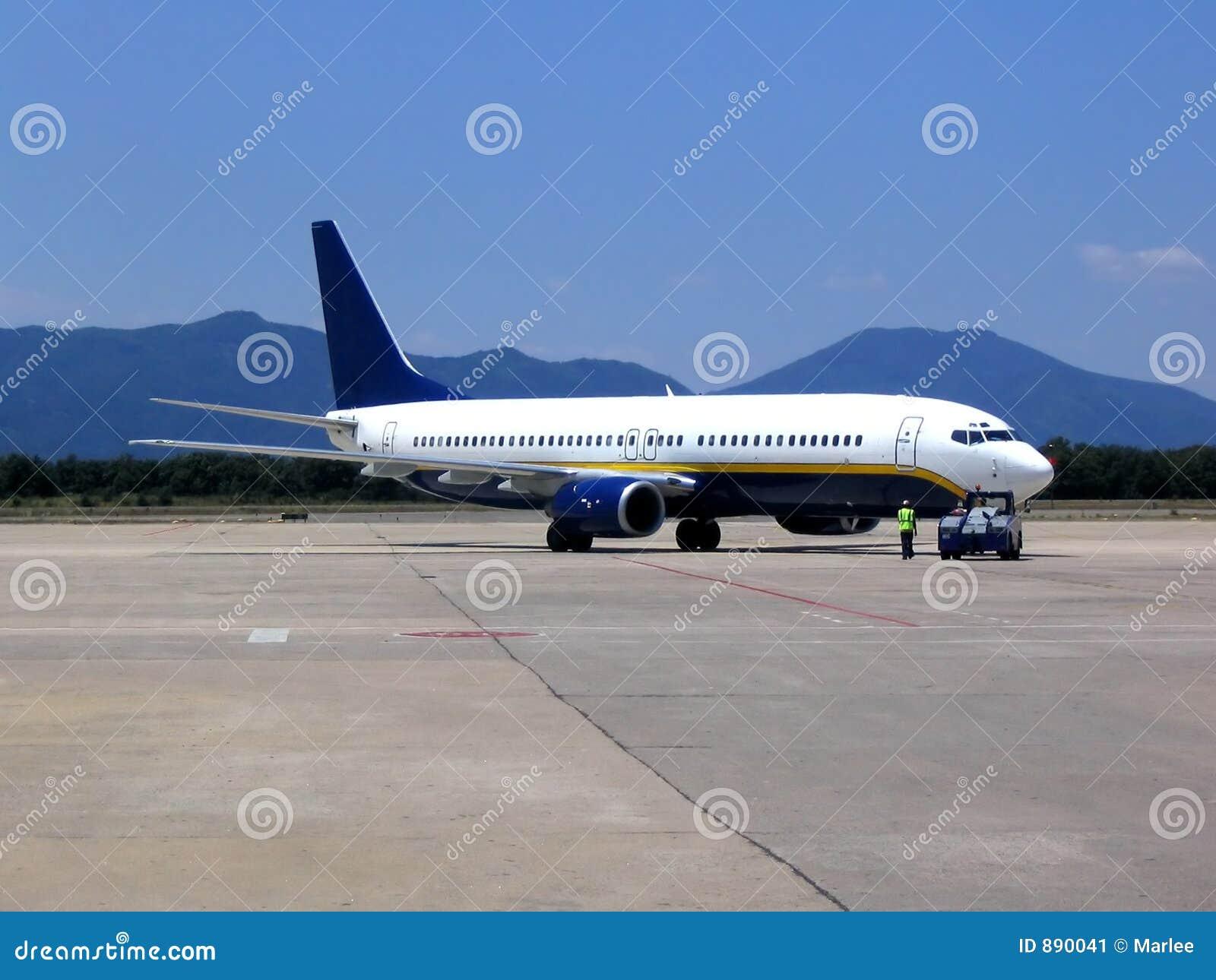 对白色的飞机机场蓝色起飞