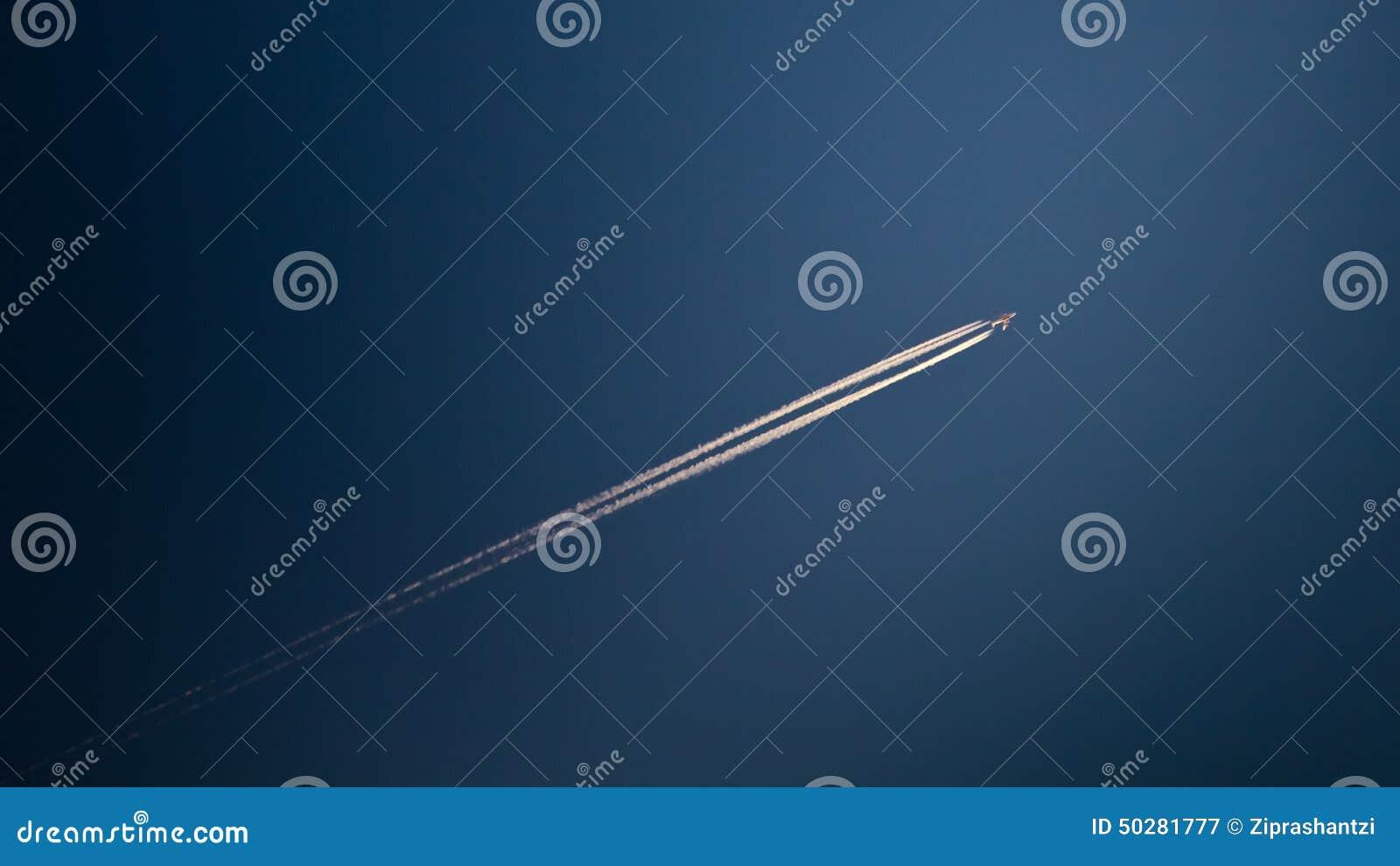 飞机烟足迹 库存照片