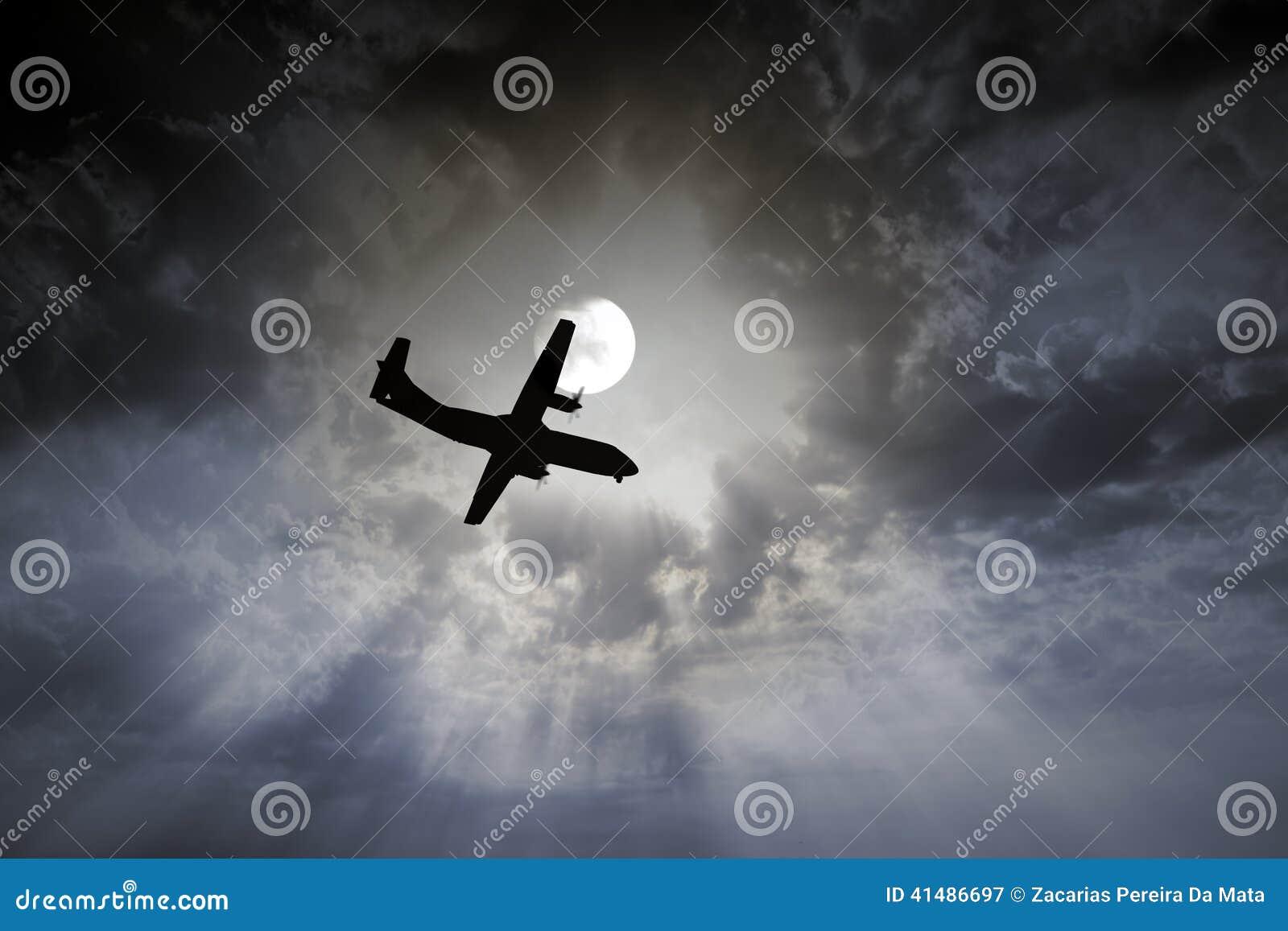 飞机夜间飞行 库存照片